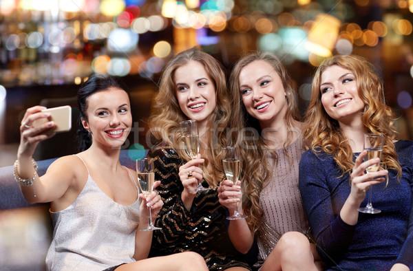 Mujeres champán toma club nocturno celebración amigos Foto stock © dolgachov