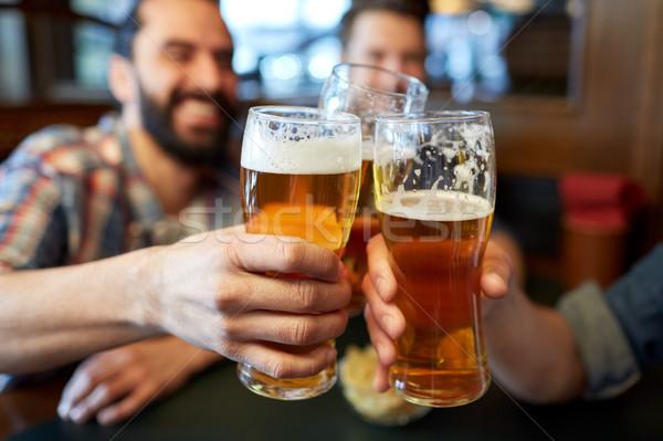 Szczęśliwy mężczyzna znajomych pitnej piwa bar Zdjęcia stock © dolgachov
