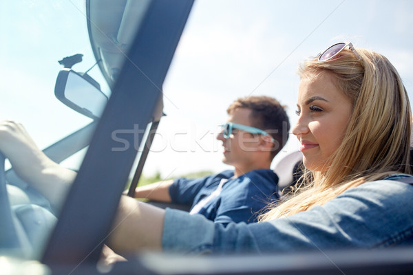 Felice Coppia guida cabriolet auto esterna Foto d'archivio © dolgachov