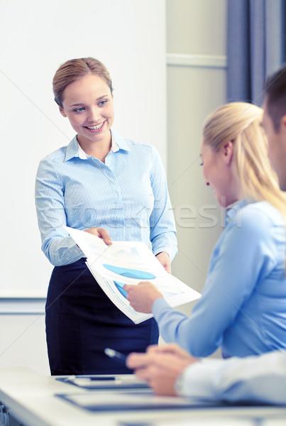 Vrouw papieren groep zakenlieden zakenlieden teamwerk Stockfoto © dolgachov