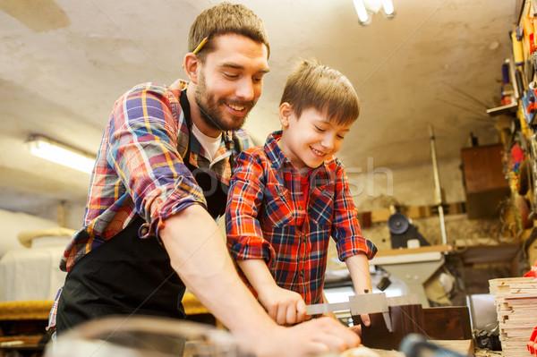 Jongen vader maatregel hout workshop familie Stockfoto © dolgachov