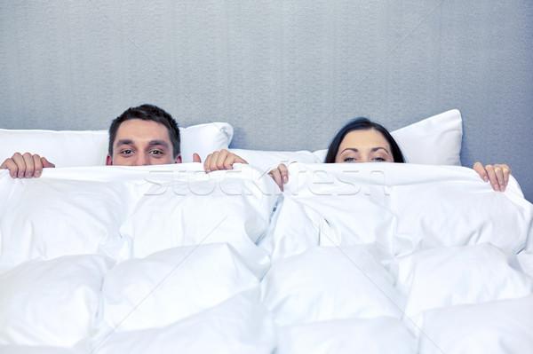 Boldog pár rejtőzködik pléd ágy emberek Stock fotó © dolgachov