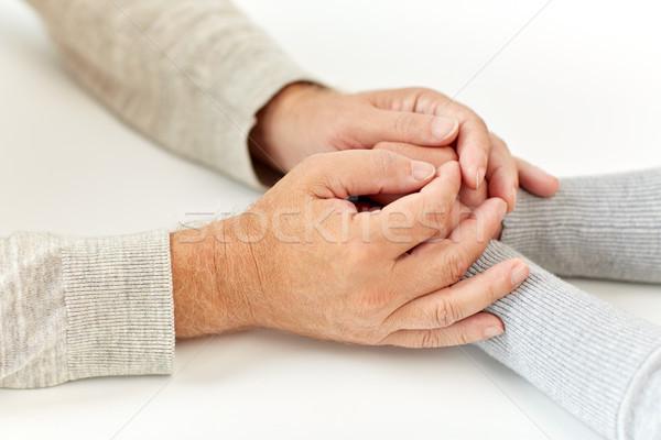 Oude man jonge vrouw holding handen ouderdom ondersteuning Stockfoto © dolgachov