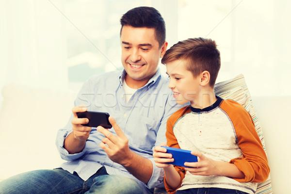 Gelukkig vader zoon smartphones home recreatie technologie Stockfoto © dolgachov