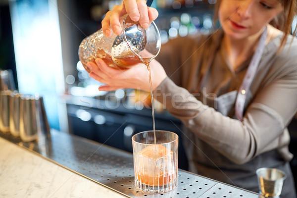 Barista vetro brocca cocktail alcol bevande Foto d'archivio © dolgachov