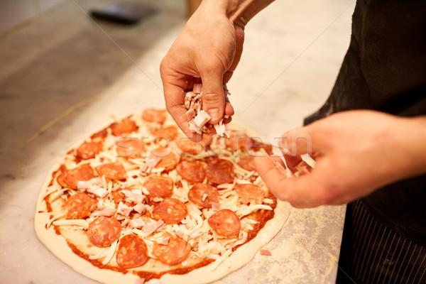 Cozinhar mãos presunto salame pizza pizzaria Foto stock © dolgachov
