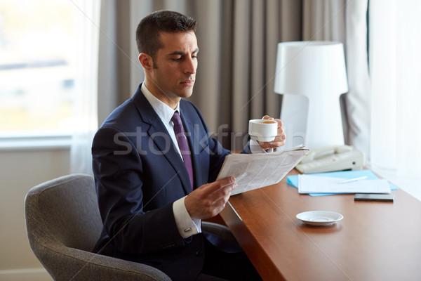 Işadamı okuma gazete içme kahve iş adamları Stok fotoğraf © dolgachov