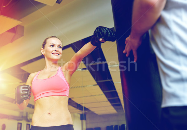 Glimlachende vrouw personal trainer boksen gymnasium sport fitness Stockfoto © dolgachov