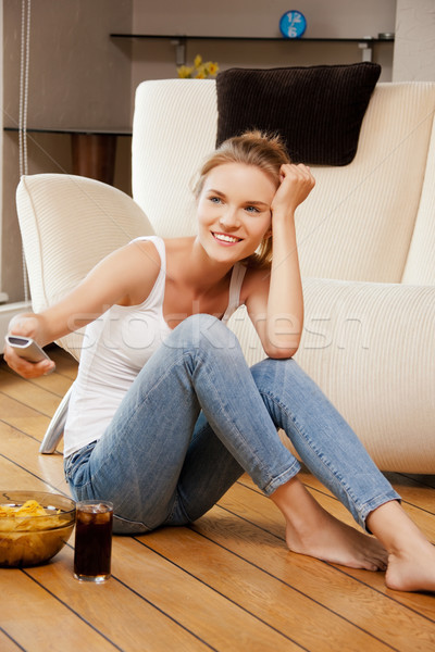 Glimlachend tienermeisje afstandsbediening foto vrouw voedsel Stockfoto © dolgachov