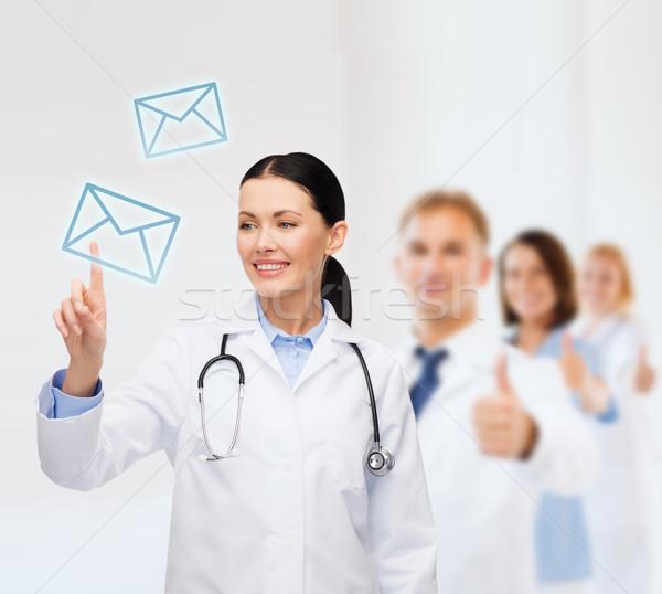 Foto stock: Sonriendo · femenino · médico · senalando · dotación · salud