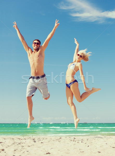 Paar springen strand foto gelukkig liefde Stockfoto © dolgachov
