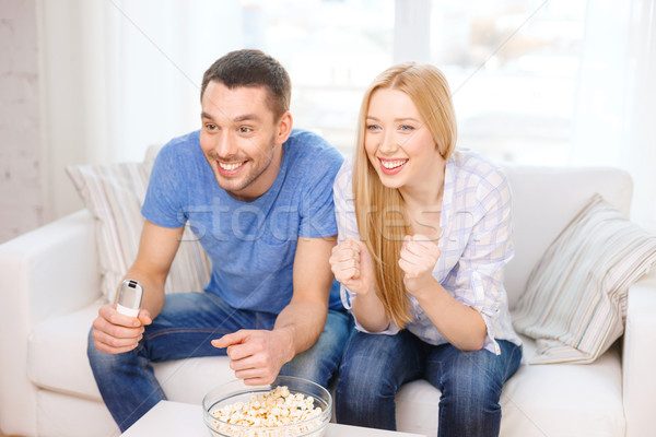 Souriant couple popcorn équipe sportive alimentaire Photo stock © dolgachov