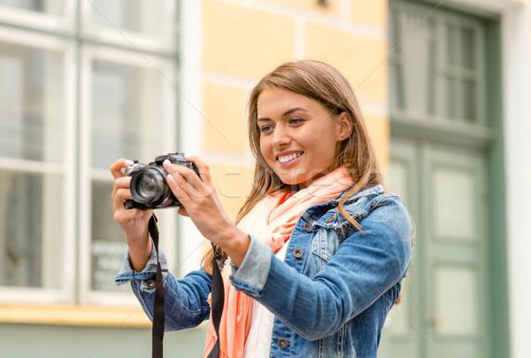 Uśmiechnięty dziewczyna miasta podróży wakacje technologii Zdjęcia stock © dolgachov