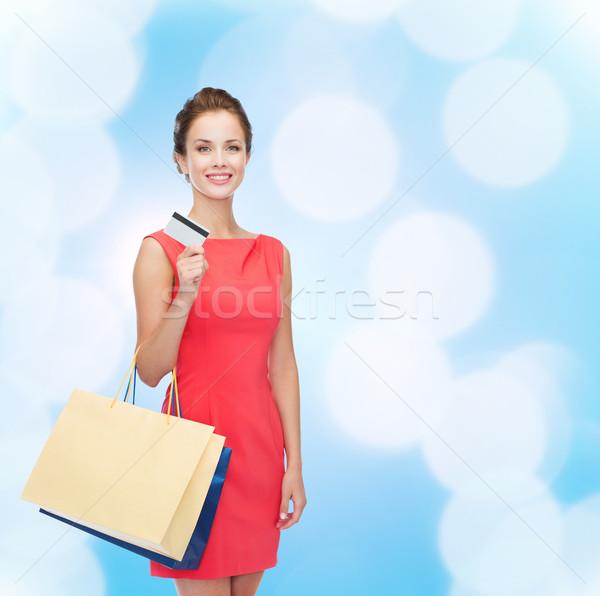 Uśmiechnięta kobieta plastikowe karty zakupy sprzedaży Zdjęcia stock © dolgachov