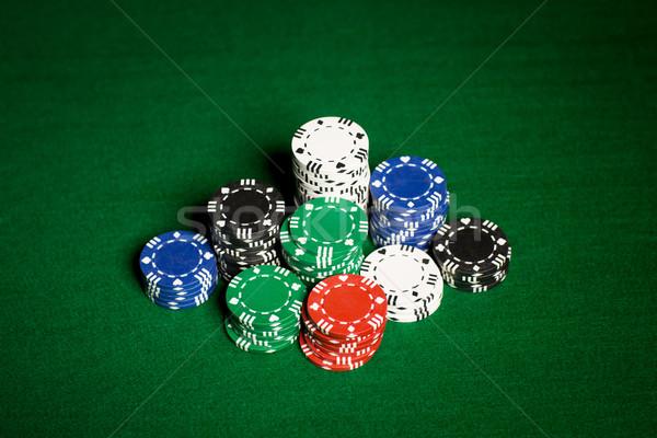 Közelkép kaszinó zsetonok zöld asztal felület hazárdjáték Stock fotó © dolgachov