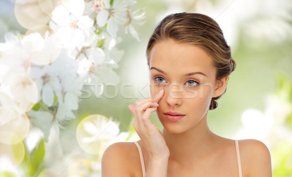 ストックフォト: 若い女性 · 適用 · クリーム · 顔 · 美 · 人
