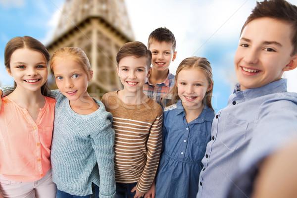 Mutlu çocuklar konuşma Eyfel Kulesi çocukluk seyahat Stok fotoğraf © dolgachov