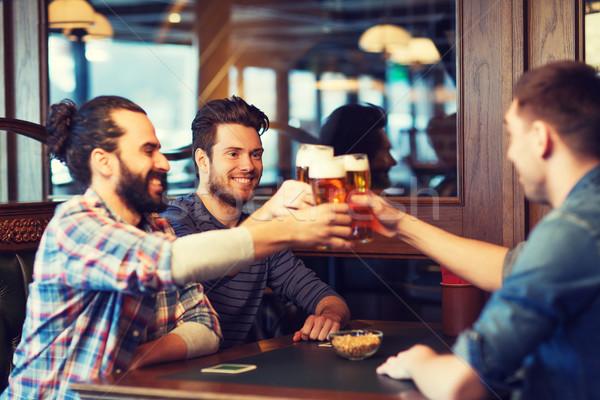 Gelukkig mannelijke vrienden drinken bier bar Stockfoto © dolgachov