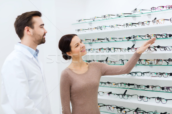 Vrouw tonen bril opticien optica store Stockfoto © dolgachov