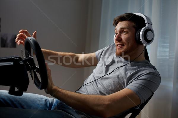 Homem jogar carro corrida jogo vídeo casa Foto stock © dolgachov