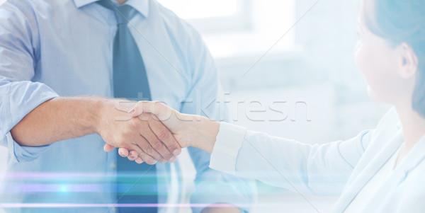 Zakenlieden handen schudden kantoor zakenman zakenvrouw business Stockfoto © dolgachov