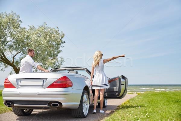 Felice uomo donna cabriolet auto mare Foto d'archivio © dolgachov