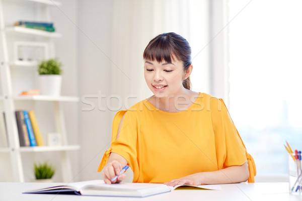 Feliz asiático mulher jovem estudante aprendizagem casa Foto stock © dolgachov