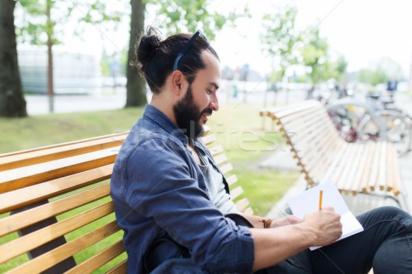 Człowiek notebooka dziennik piśmie ulicy miasta życia Zdjęcia stock © dolgachov