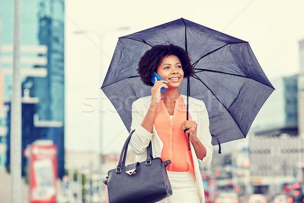 Zakenvrouw paraplu roepen smartphone business slechte weer Stockfoto © dolgachov