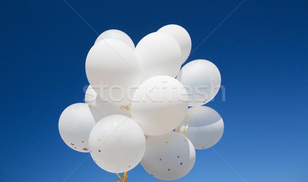 Közelkép fehér hélium léggömbök kék ég ünnepek Stock fotó © dolgachov