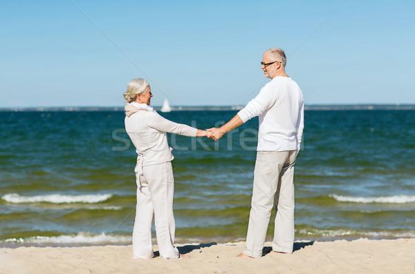 Feliz pareja de ancianos tomados de las manos verano playa familia Foto stock © dolgachov