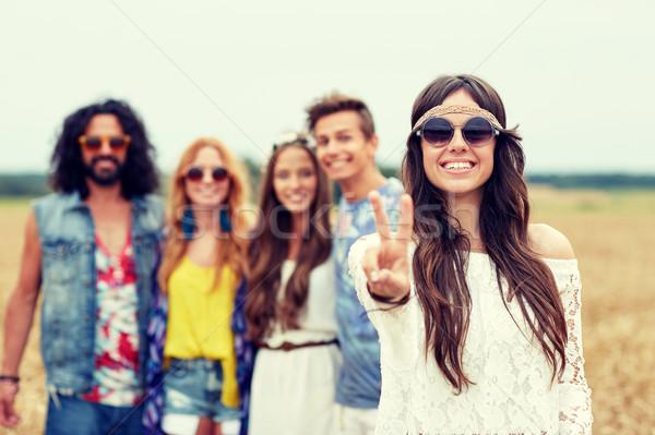 Heureux jeunes hippie amis paix Photo stock © dolgachov