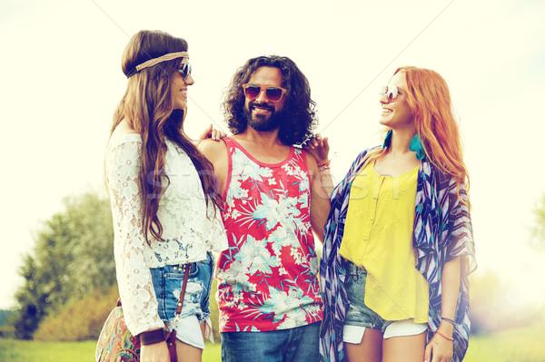 Sonriendo jóvenes hippie amigos hablar aire libre Foto stock © dolgachov