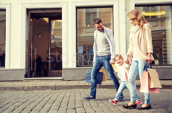 Boldog család gyermek bevásárlótáskák város vásár fogyasztói társadalom Stock fotó © dolgachov