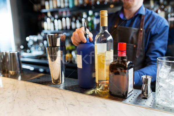 Barman shaker alcool bar boissons personnes Photo stock © dolgachov