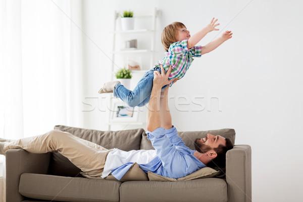 Feliz jóvenes padre jugando pequeño hijo Foto stock © dolgachov