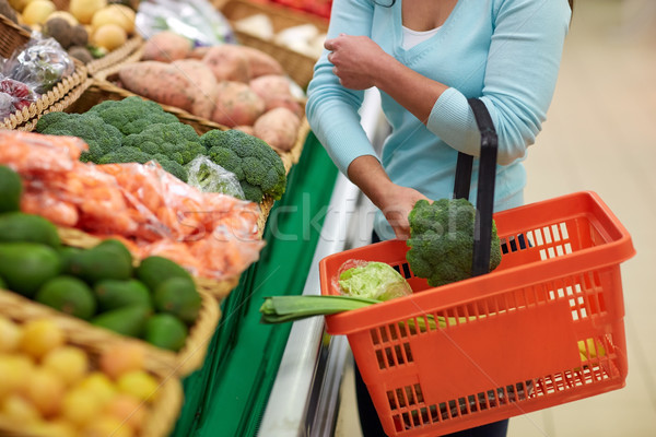Nő kosár vásárol brokkoli élelmiszerbolt vásár Stock fotó © dolgachov