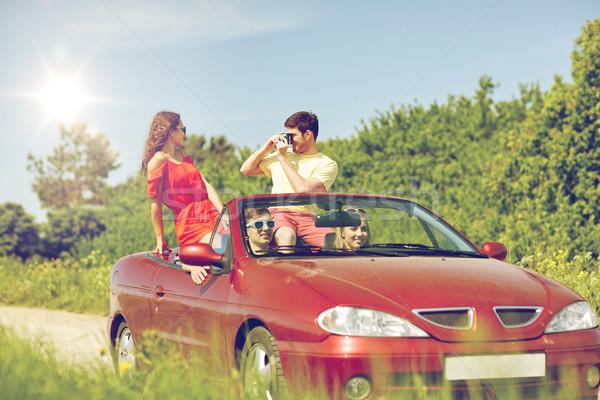 Szczęśliwy znajomych kamery jazdy kabriolet samochodu Zdjęcia stock © dolgachov