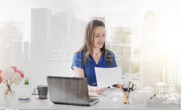 Gelukkig vrouw papieren laptop kantoor zakenlieden Stockfoto © dolgachov
