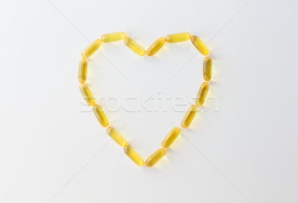 Máj olaj kapszulák forma szív gyógyszer Stock fotó © dolgachov