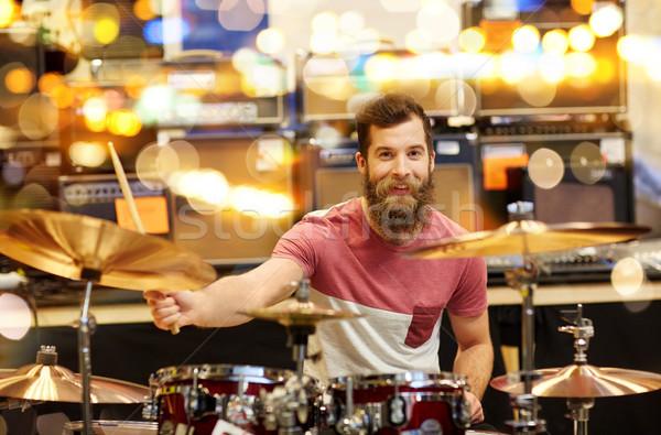 Mannelijke muzikant spelen muziek store verkoop Stockfoto © dolgachov