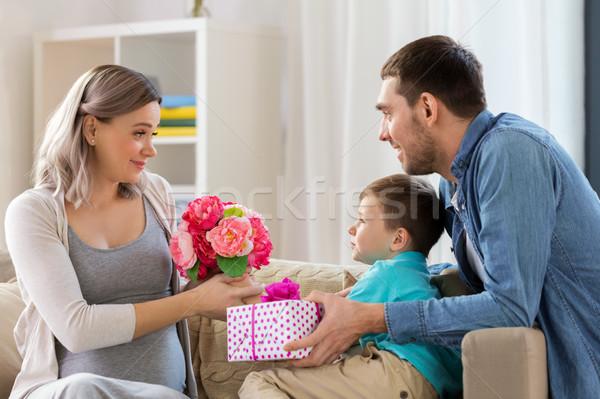 Család ajándék terhes anya otthon ünnepek Stock fotó © dolgachov