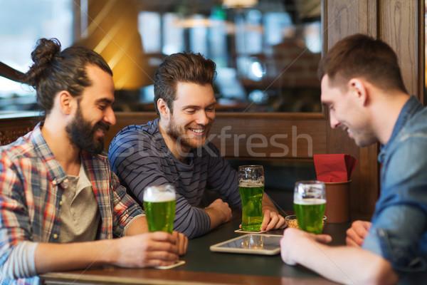 Amici verde birra pub festa di San Patrizio Foto d'archivio © dolgachov
