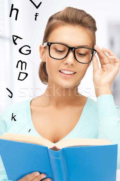 Kadın gözlük okuma kitap resim gülen Stok fotoğraf © dolgachov