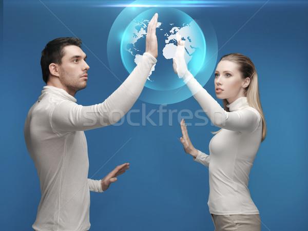 Stock fotó: Férfi · nő · dolgozik · földgömb · hologram · jövő