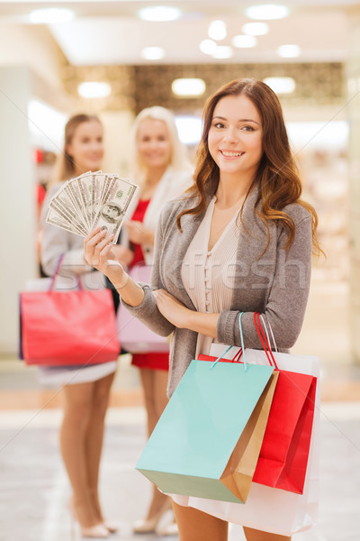 Jonge vrouwen geld mall verkoop Stockfoto © dolgachov