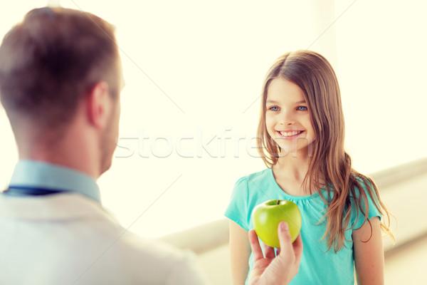 Stock foto: Männlichen · Arzt · Apfel · lächelnd · kleines · Mädchen · Gesundheitswesen · Kind
