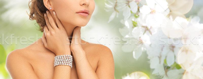 Mujer hermosa perla pendientes pulsera belleza personas Foto stock © dolgachov