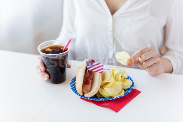 Femme manger puces hot dog Cola Photo stock © dolgachov