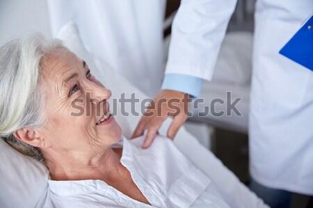 Médico feliz altos mujer hospital medicina Foto stock © dolgachov